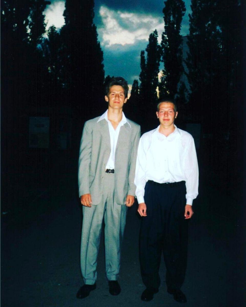 В сеть попало фото Потапа с его выпускного вечера