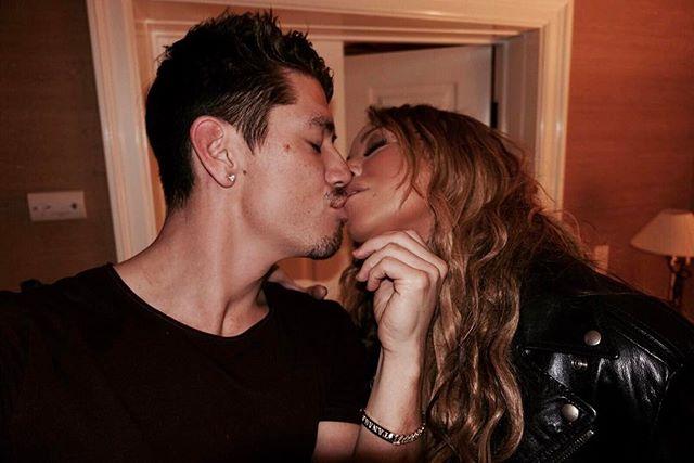 Нежность и поцелуи: Мэрайя Кэри опубликовала пикантный снимок с молодым бойфрендом