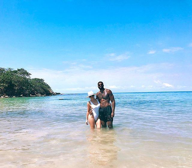 Горячая парочка: Хлое Кардашьян в сексуальном купальнике позирует с бойфрендом в океане