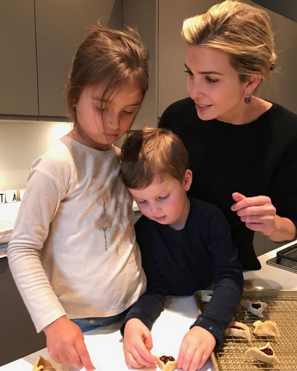 Примерная семья: Иванка Трамп засыпала сеть снимками с мужем и детьми