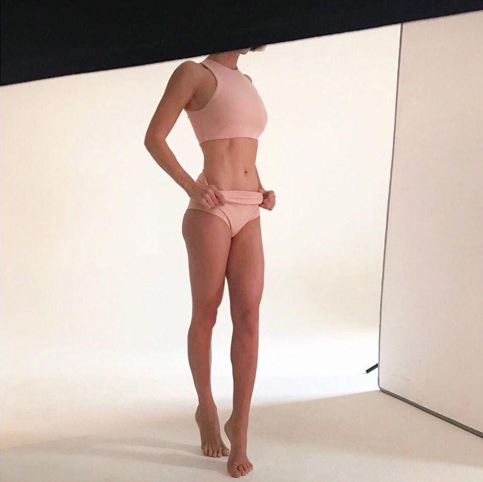 Горячая мамочка: Анита Луценко показала идеальную фигуру в стильном боди