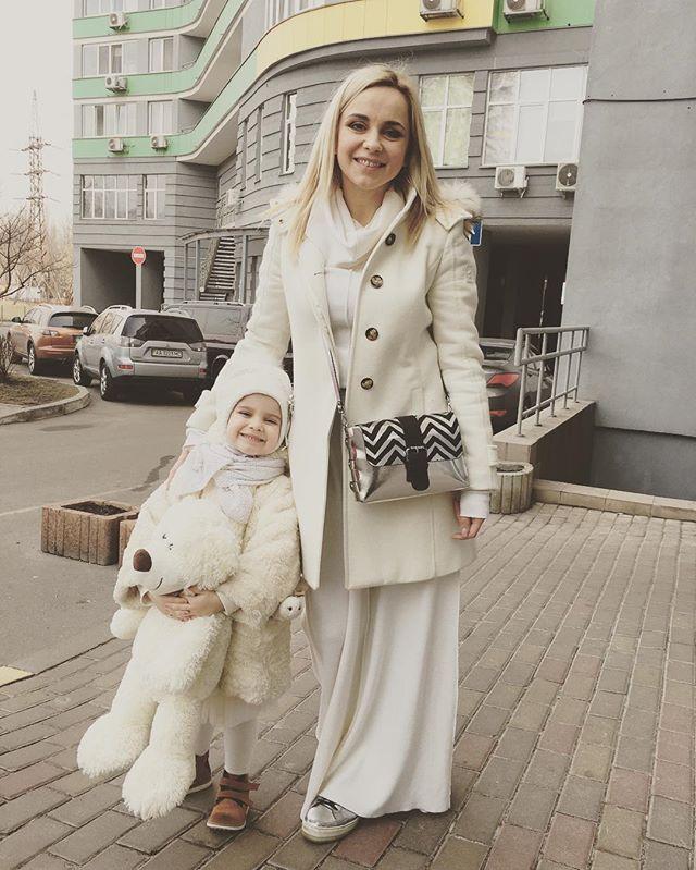 Девочки в белом: Лилия Ребрик позирует с малышкой дочерью