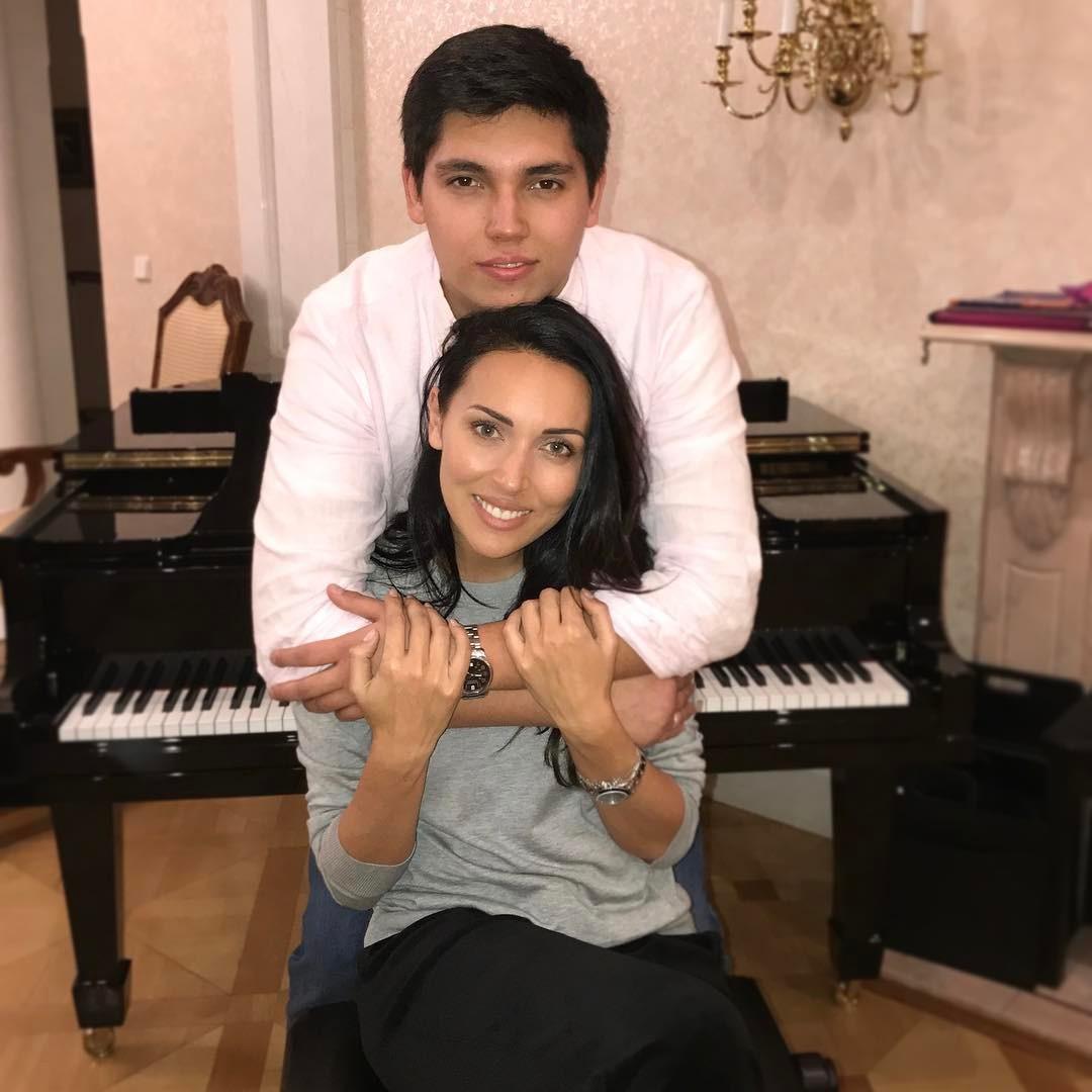 Редкие кадры: певица Асу поделилась снимками со своей семьей