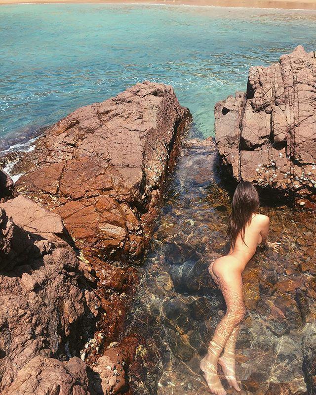 Жаркие каникулы: Эмили Ратаковски полностью оголилась в Мексике