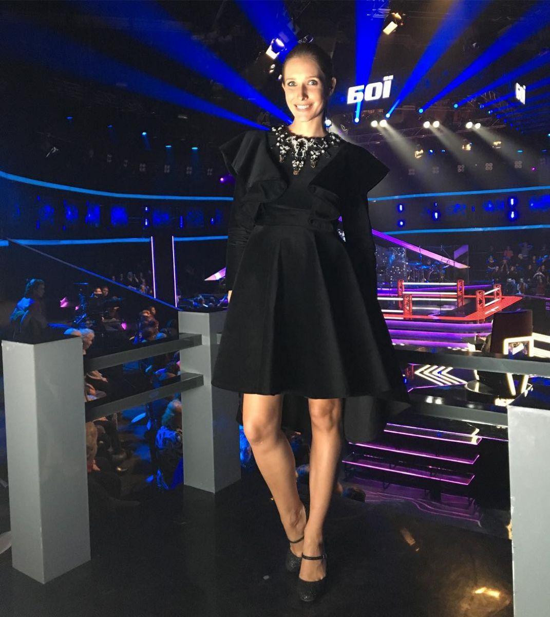 Катя Осадчая показала стройные ноги в одеяние свысоким разрезом— Секси-мама