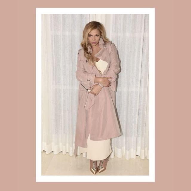 Нежнее нежного: беременная Бейонсе позирует в стильном наряде