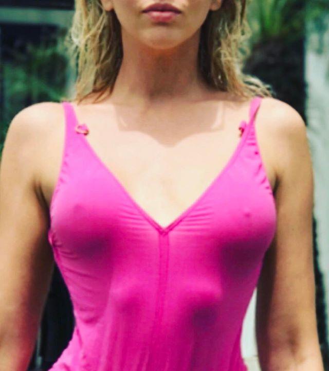 Оля Полякова взбудоражила сеть фотографиями в сексуальном розовом купальнике