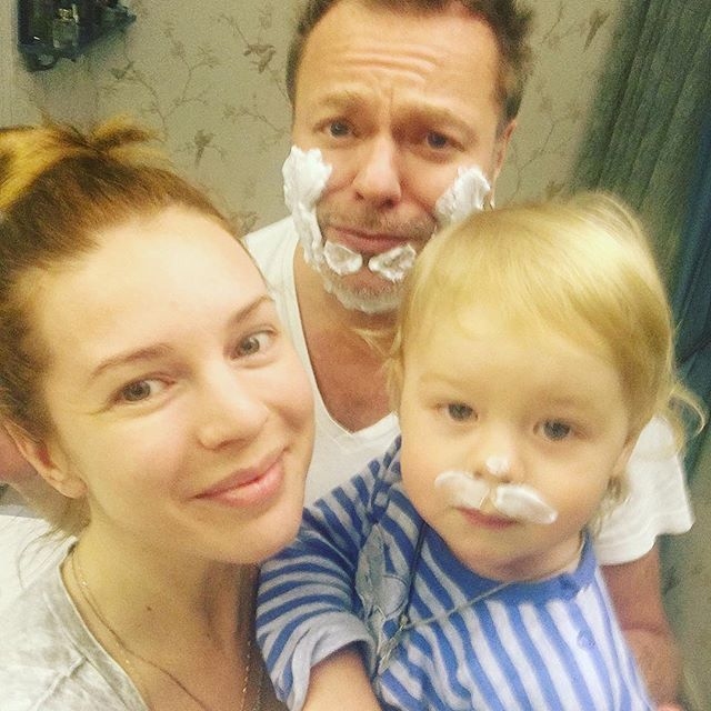 Жена Владимира Преснякова сняла их сына в домашнем клипе на новую песню