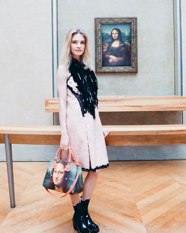 Наталья Водянова поделилась с поклонниками кадром возле шедевра мировой живописи.