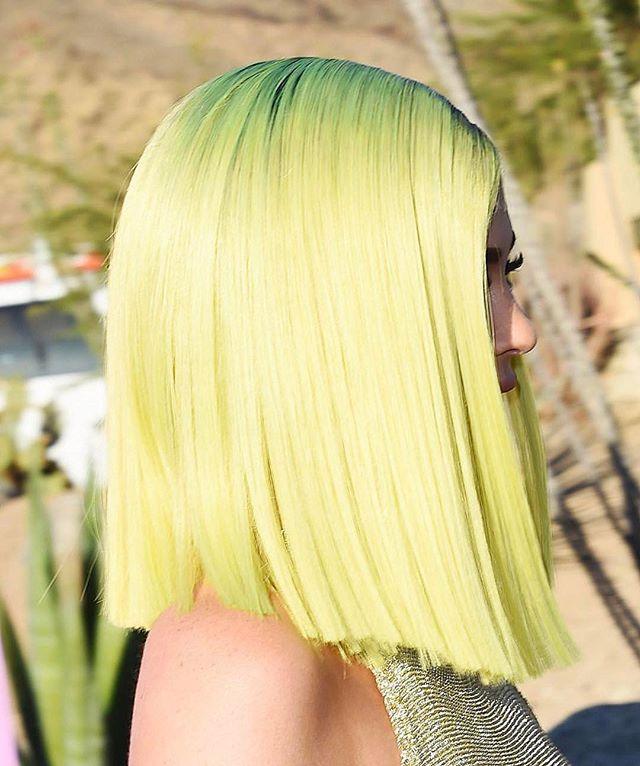 Кайли Дженнер перекрасила волосы в неоновый цвет