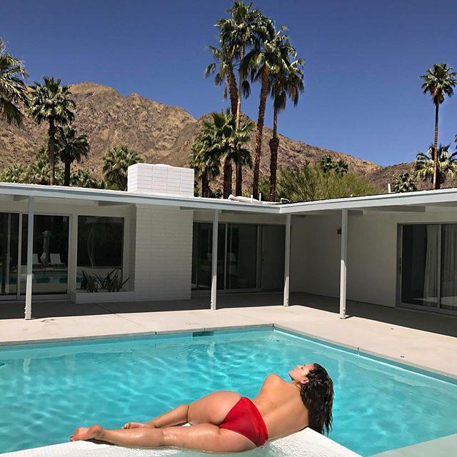 Модель plus-size Эшли Грэм соблазняет откровенным видео в бикини у бассейна