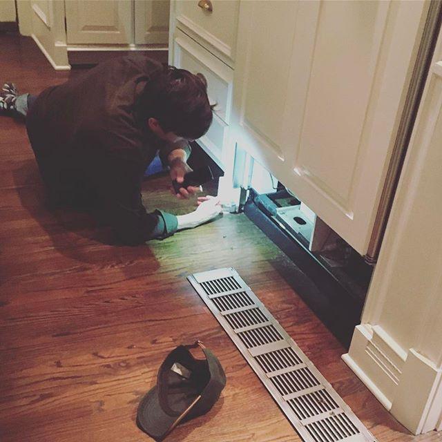 Мастер на все руки: Эштон Катчер ремонтирует дома холодильник