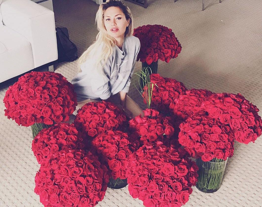 Это любовь: Виктория Боня похвасталась огромными букетами из белых роз