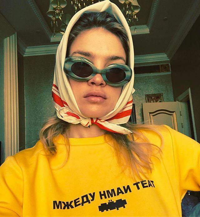 Между нами тает лед: Наталья Водянова примерила футболку с популярной фразой