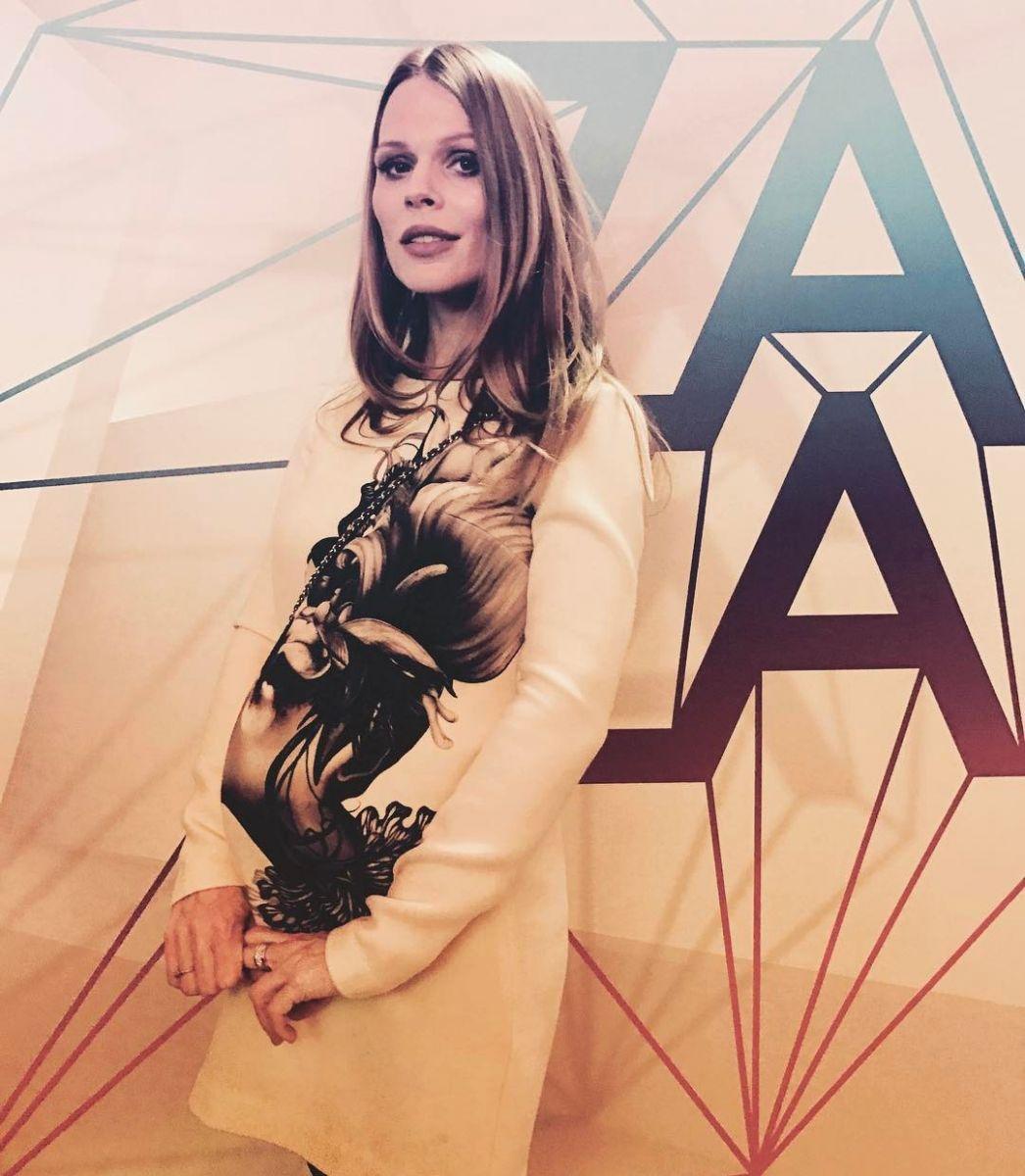 Беременная третьим ребенком Ольга Фреймут показала большой живот