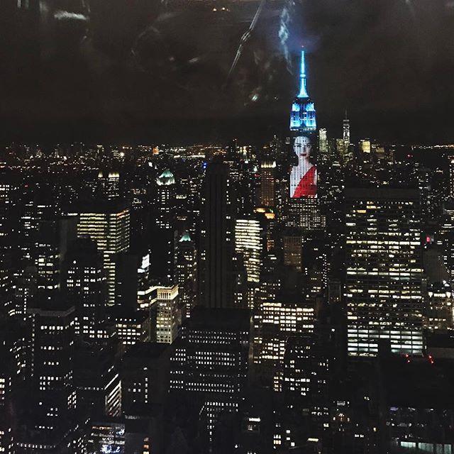 В честь 150-летия журнала Harper's Bazaar на самом знаменитом здании Нью-Йорка показали фото Кендалл Дженнер, Жизель Бундхен, Мадонны