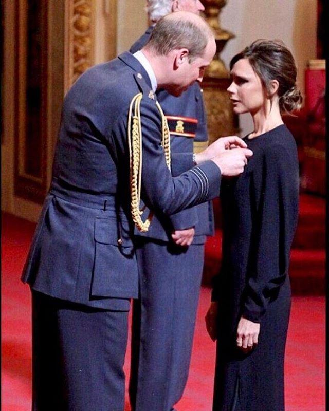 Принц Уильям наградил Викторию Бекхэм орденом Британской империи