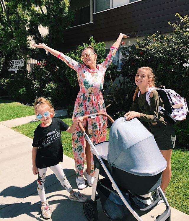 Мамины красавицы: Анна Седокова опубликовала фото дочерей