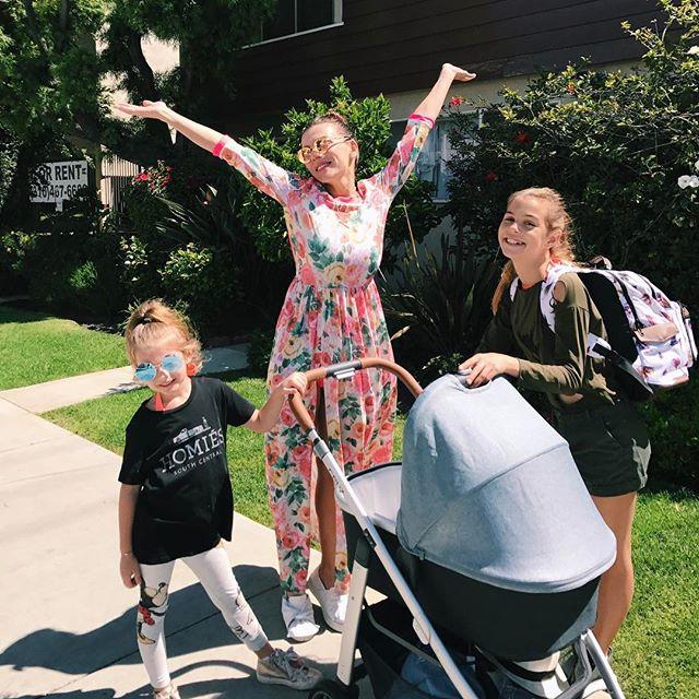 Первые прогулки вчетвером: Анна Седокова гуляет с детьми