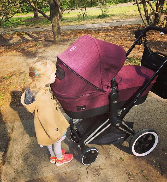 Молодая мама в цветах: Катя Осадчая на прогулке в Ботаническом саду