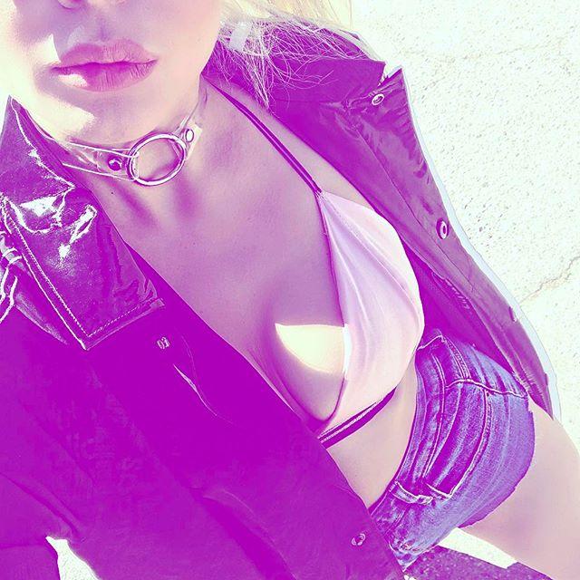 Алина Гросу засыпала сеть соблазнительными снимками в откровенных нарядах