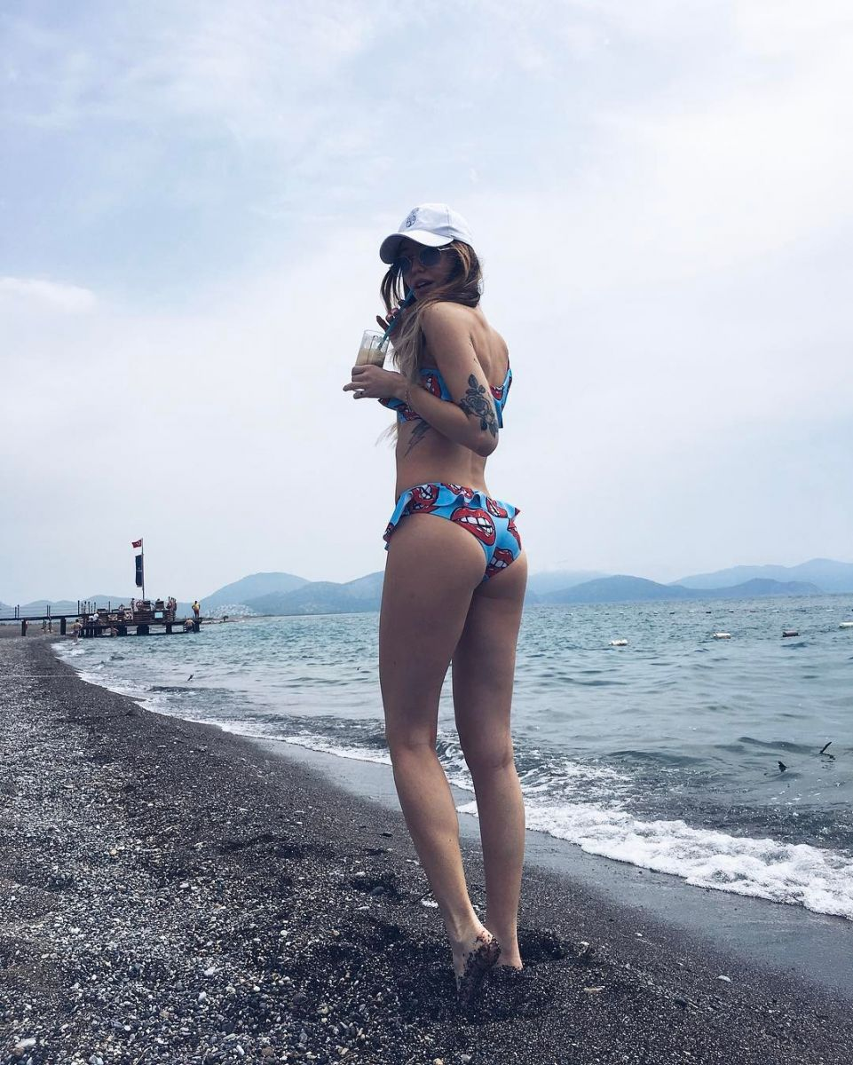 Надя Дорофеева восхищает аппетитными формами в бикини