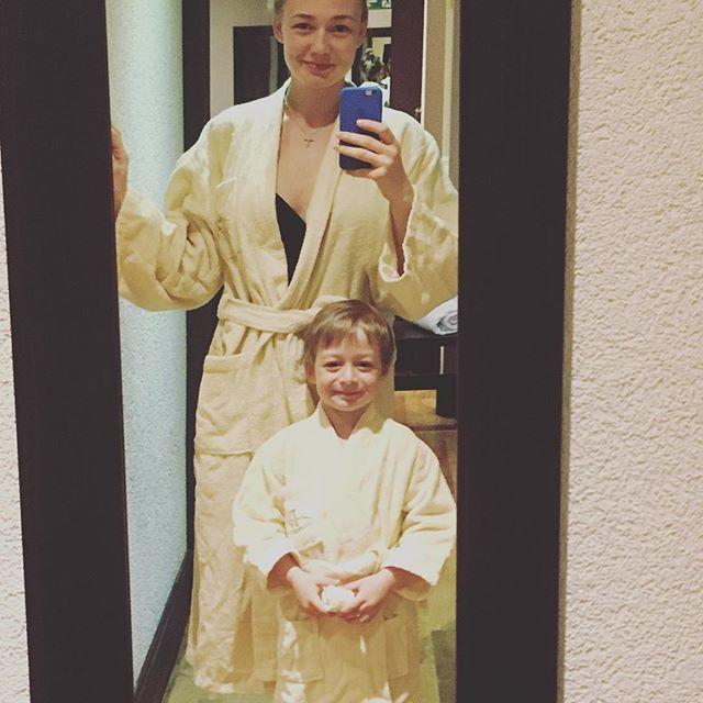 Оксана Акиньшина поделилась первым фото с новорожденной дочерью