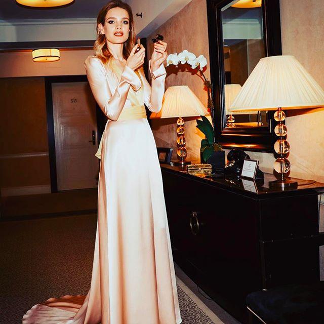 Ох, эти ноги! Наталья Водянова вышла в свет в платье с нереально высоким разрезом