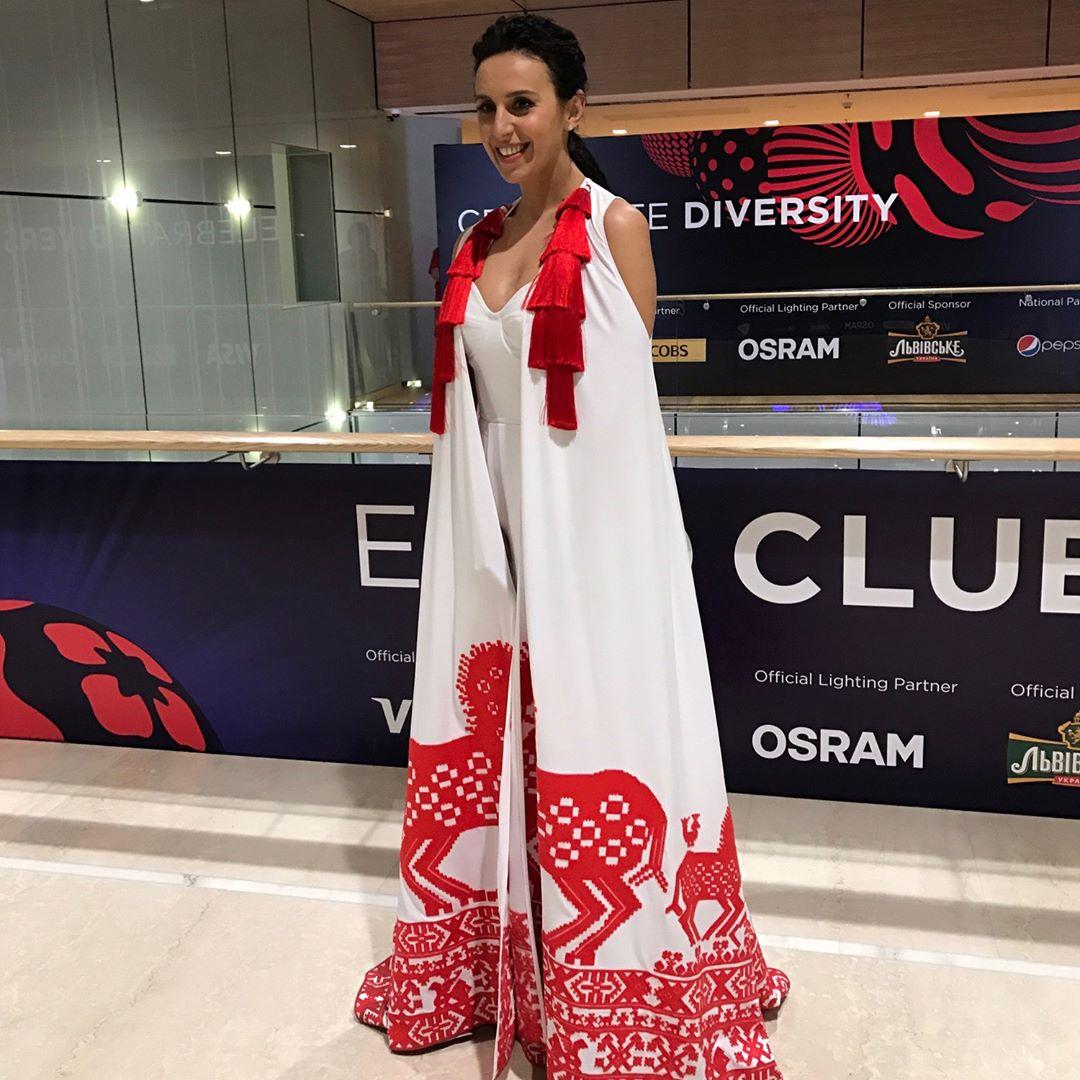 Евровидение-2017: Джамала позирует на открытии красной дорожки в белом платье-вышиванке