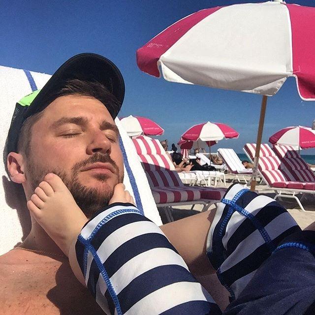 Фотофакт: Сергей Лазарев отдыхает с сыном в теплых краях