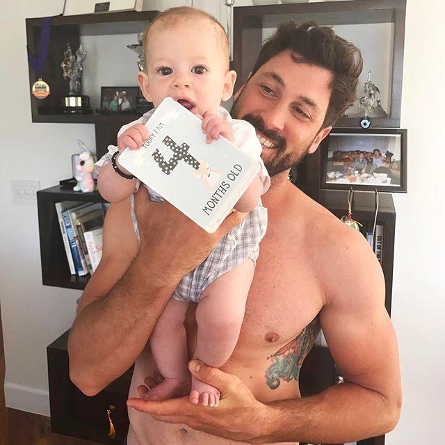Новые семейные фотографии Максима Чмерковского с его женой и подросшим сыном