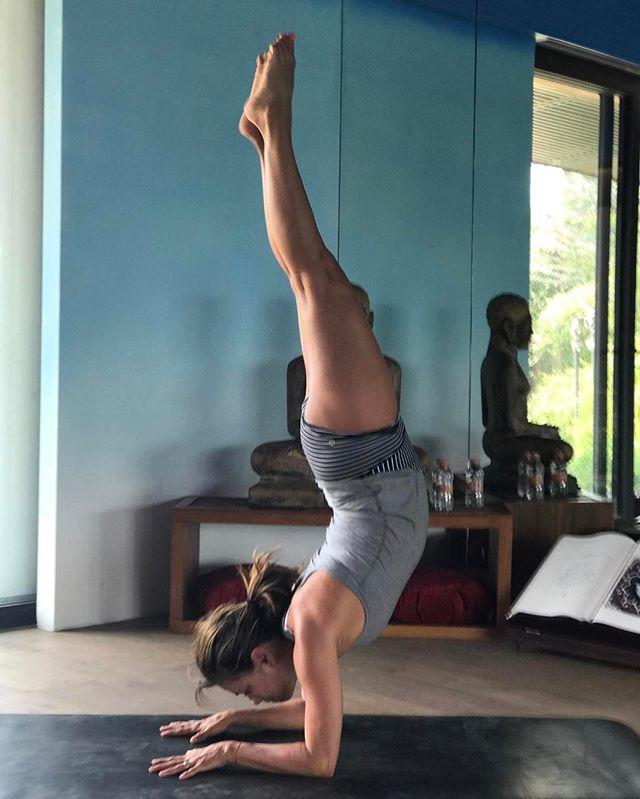 В отличной форме: Ева Лонгория демонстрирует свои достижения в йоге