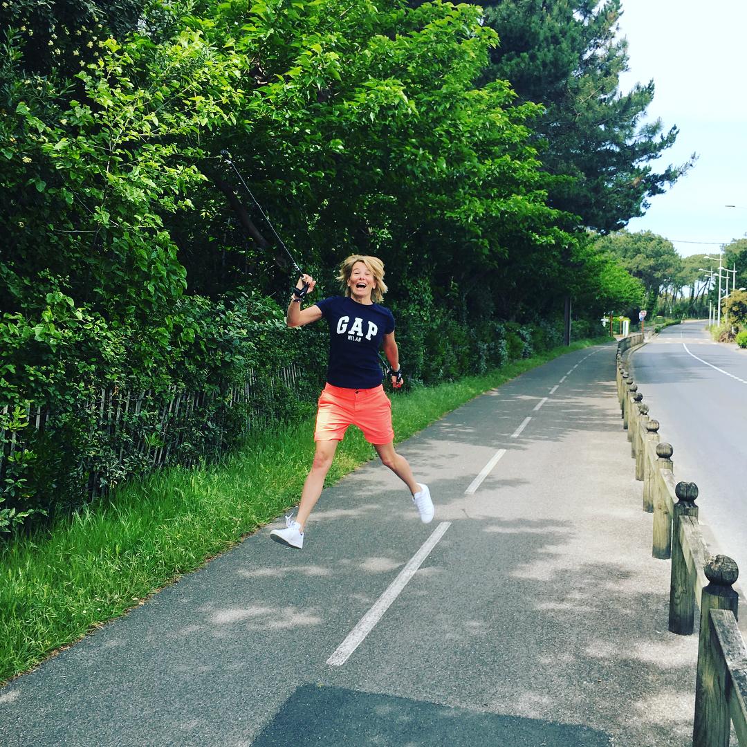 43-летняя Юлия Высоцкая восхищает подкачанной фигурой в коротких шортах и майке