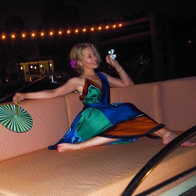 Привет, лето: 49-летняя Кайли Миноуг показала идеальную фигуру у бассейна