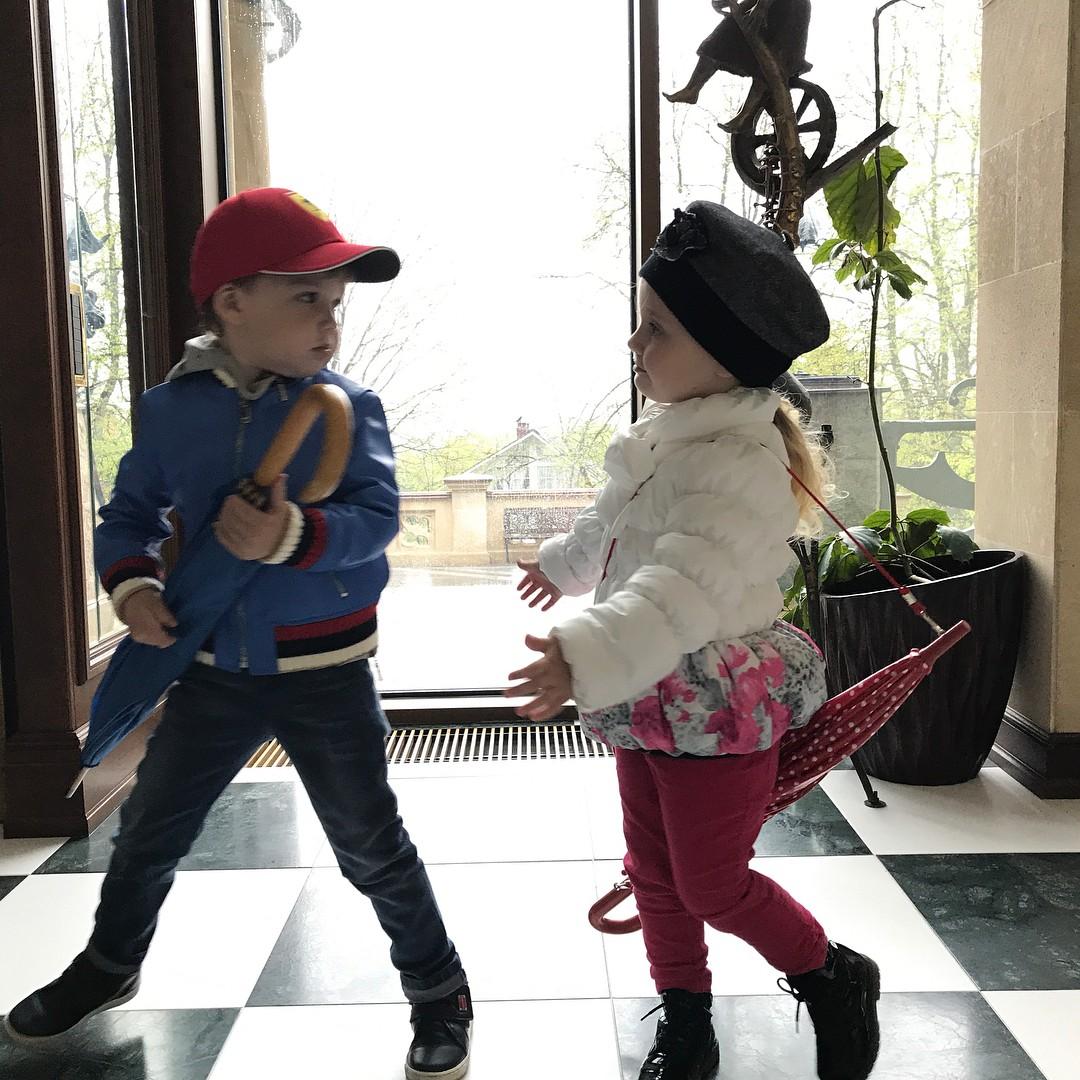 Умилительно: новые фотографии детей Аллы Пугачевой и Максима Галкина с прогулки