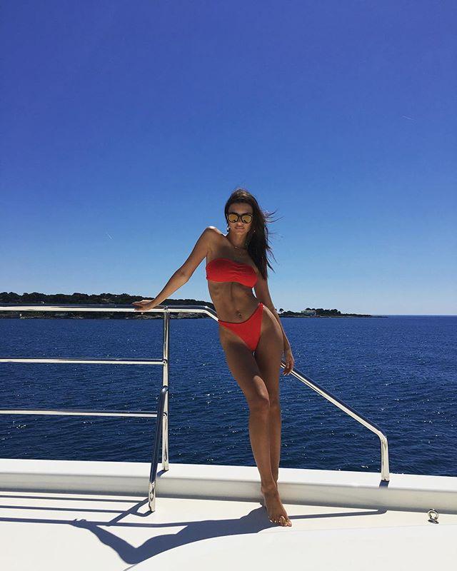 Эмили Ратаковски в красном бикини соблазняет на Лазурном побережье