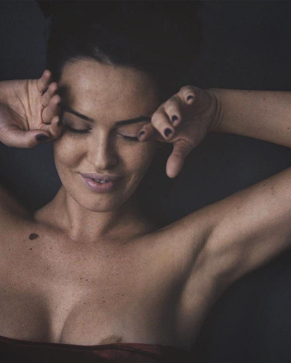 Сама нежность: Даша Астафьева поделилась откровенным фото с оголенной грудью