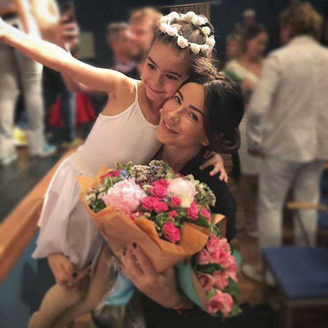 Ани Лорак впервые за долгое время опубликовала семенные фото с мужем и дочерью