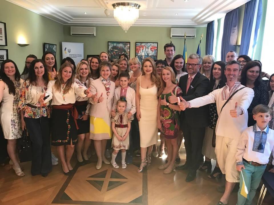 На День вышиванки Тина Кароль встретилась с украинской общиной в Берлине