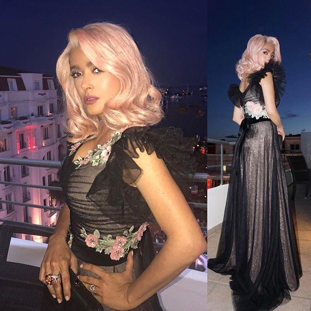 Сальма Хайек появилась на вечеринке в Каннах с розовым цветом волос