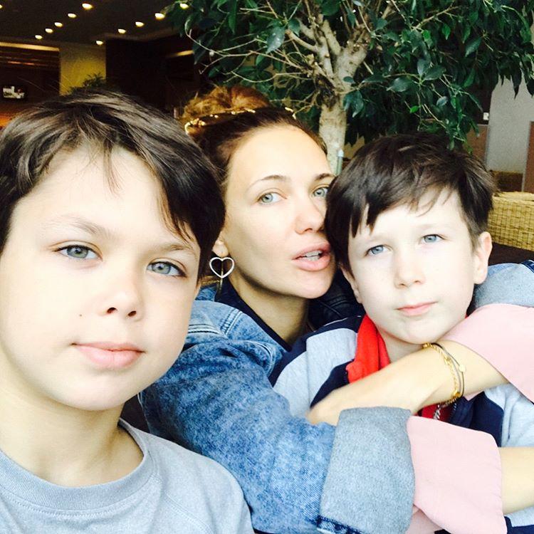 Стройная Екатерина Климова засыпала сеть пляжными снимками с детьми