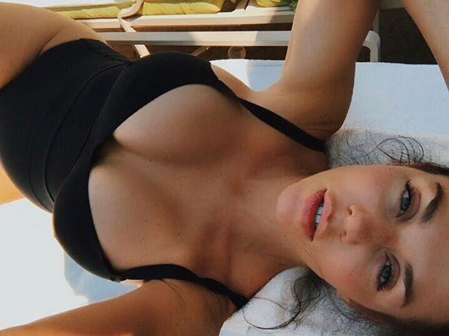 Горячий лифтолук: мама троих детей Анна Седокова позирует в сексуальном образе