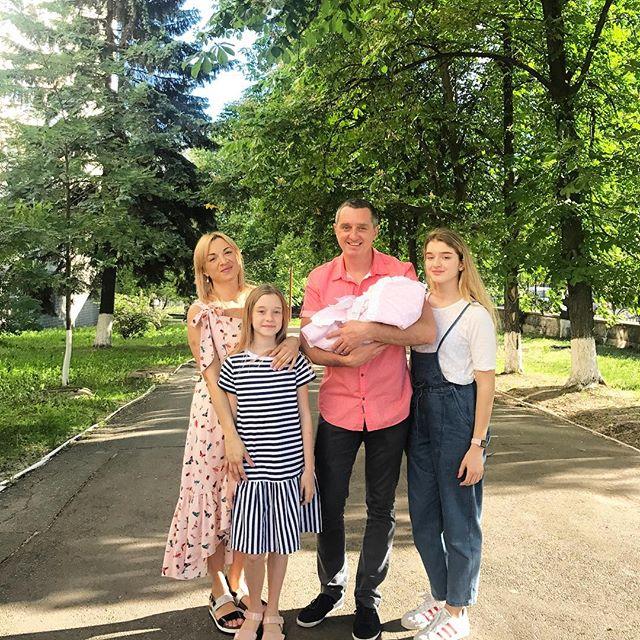 Многодетный отец: Дядя Жора засыпал сеть снимками с новорожденной третьей дочерью