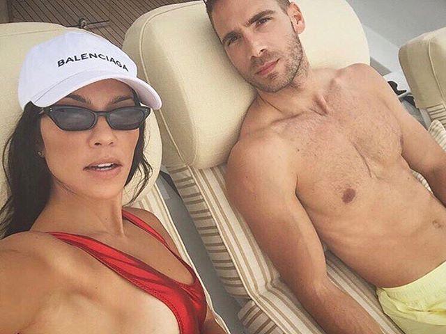 Пляжный соблазн: Кортни Кардашьян опубликовала горячее фото в бикини