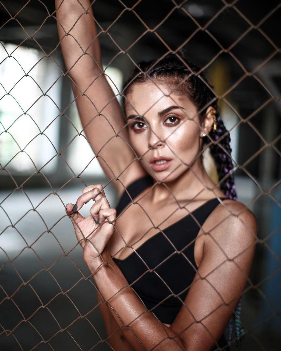 Сексуальная Настя Каменских снялась в спортивном купальнике