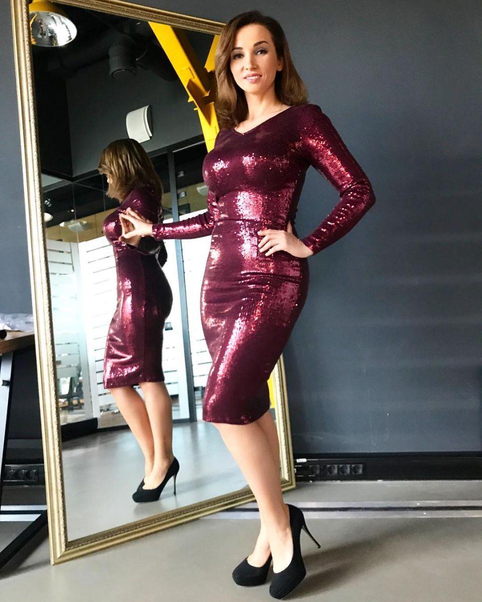 Сильно похудевшая Анфиса Чехова показала осиную талию в облегающем платье