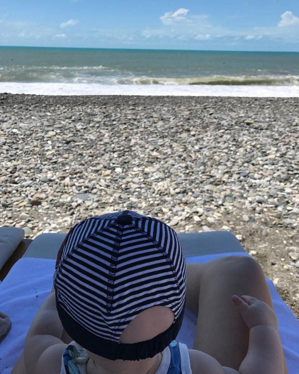 Первый раз на море: Ксения Собчак показала сына на пляже