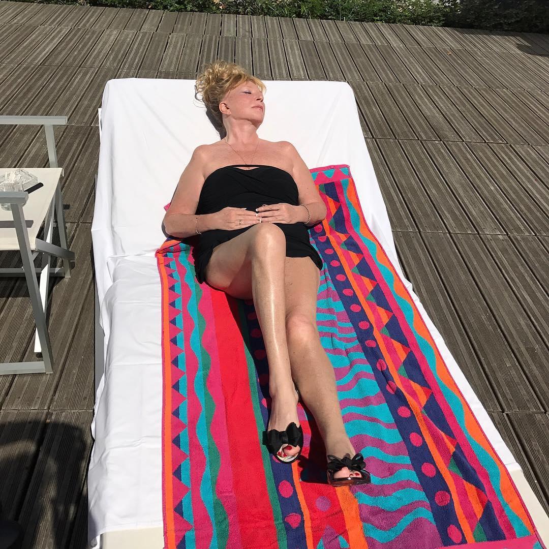Алла Пугачева похвасталась на отдыхе стройными ногами в ультракоротких шортах