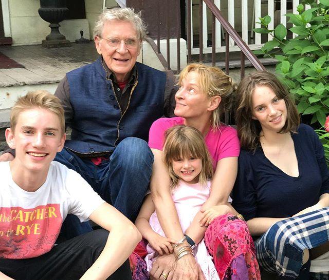 Счастливая семья: Ума Турман опубликовала фото со своим отцом и тремя детьми