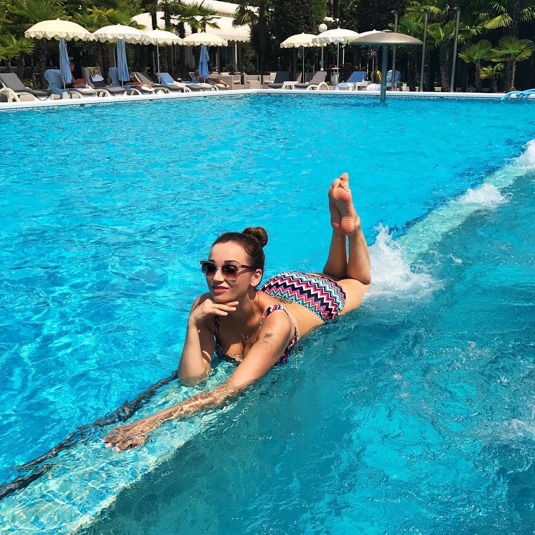 Теперь уже можно: Анфиса Чехова впервые отважилась сфотографироваться стоя в купальнике